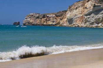 Quem vê esse mar calmo nem imagina que essa praia foi palco de uma das maiores ondas surfadas no mundo _ C