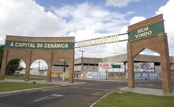 Foto b2-1478PORTAL MONUMENTO DE PORTO FERREIRA - Porto Ferreira é mundialmente conhecida pela produção de artigos em cerâmica, mas a economia da cidade não é sustentada apenas nisso, as culturas de milho, soja, laranja, batata e cana também são importantes fontes de renda do município. Porto Ferreira – SP (Estátuas e Monumentos/ Ribeirão Preto e Região C&VB) - S 21º 51.538' W 47º 29.570'Crédito obrigatório – Foto: Rubens Chiri