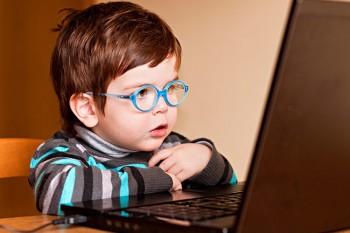 menino-oculos-computador-750x500